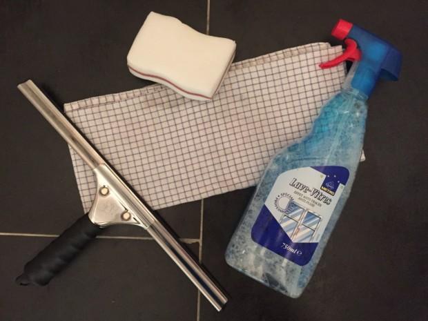 conseils et astuces pour laver vos vitres sans faire de traces le bricomag. Black Bedroom Furniture Sets. Home Design Ideas